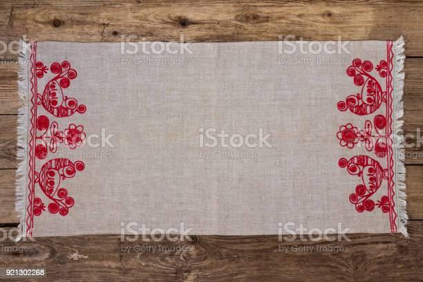 Stickerei Leinen Serviette Auf Dem Alten Holztisch Stockfoto und mehr Bilder von Stickerei
