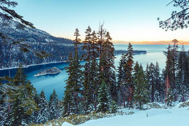 emerald bay im winter - lake tahoe winter stock-fotos und bilder