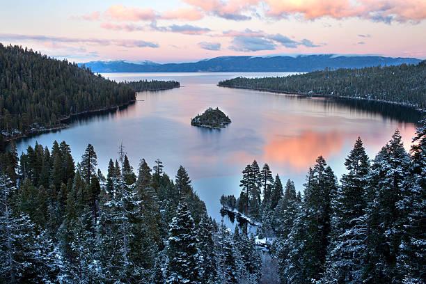 emerald bay bei sonnenuntergang - lake tahoe winter stock-fotos und bilder