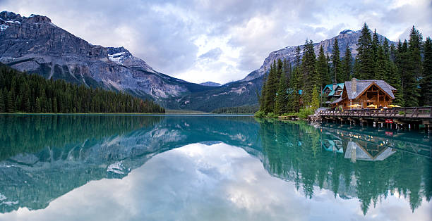 Emerald Lake Emerald Lake in Yoho National Park in Alberta, Canada emerald lake stock pictures, royalty-free photos & images