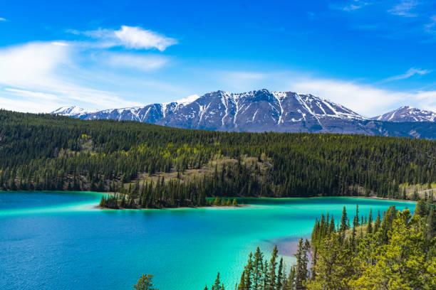 see emerald lake  - zweispurige strecke stock-fotos und bilder