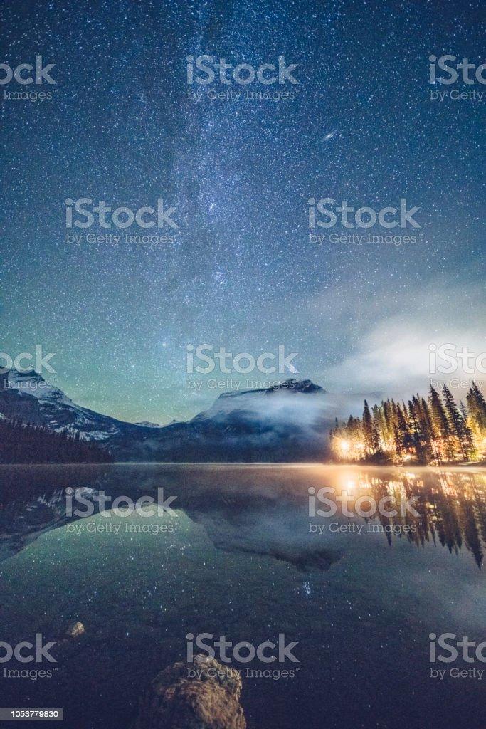 Smaragdgrünen See mit beleuchtete Hütte unter der Milchstraße – Foto