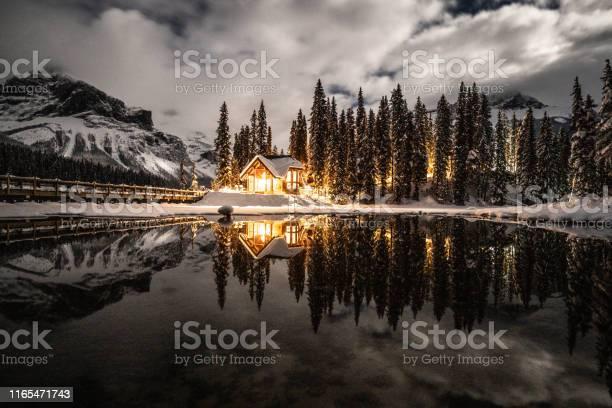 Emerald Lake Met Lodge In Yoho Nationaal Park British Columbia Canada S Nachts Geschoten Met Lichtjes Op In Het Chalet Reflectie Op Het Meer Stockfoto en meer beelden van Avondschemering