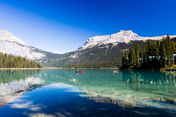 Emerald Lake, Yoho National Park, British Columbia, Canada Der Emerald Lake ist sicherlich das Highlight des Yoho-Nationalparks und steht den vermutlich etwas bekannteren Seen Louise, Moraine und Peyto im Banff-Nationalpark nicht nach. Der Name könnte nicht passender sein, der See ist wirklich smaragdgrün und liegt wunderschön eingebettet in den imposanten Bergen. ********** Emerald Lake is located in Yoho National Park, British Columbia, Canada. It is the largest of Yoho's 61 lakes and ponds, as well as one of the park's premier tourist attractions. Emerald Lake Lodge, a high-end lodge perched on the edge of the lake, provides local accommodation. A 5.2 km (3.2 mi) hiking trail circuits the lake, the first half of which is accessible to wheelchairs and strollers. During the summer months, canoe rentals are available; in the winter, the lake is a popular cross country skiing destination. ********** Emerald Lake, Yoho National Park, British Columbia, canada, alberta, banff, travel, lake, emerald, tourism, columbia, breathtaking, adventure, rock, pier, rocky, life, scenery, glacier, formation, mountainside, alpine, forest, reflection, mountain, beauty, sight, turquoise, water, yoho, idyllic, vacation, landscape, rocky, water, clean water, clear, emerald green, teal, mirroring, reflex, glacial lake, relaxation, stress relaxation, recreation, rest, recovery, recupertation, recovering, regeneration, repose, emerald lake stock pictures, royalty-free photos & images