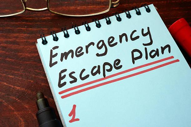 emergency escape plan written on a notepad with marker. - kinderlandverschickung stock-fotos und bilder