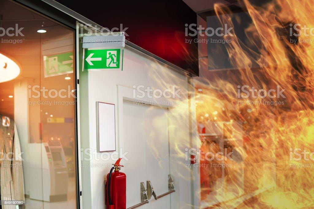 Notausgangsschild Notfall Feuer und Feuer im Einkaufszentrum. – Foto