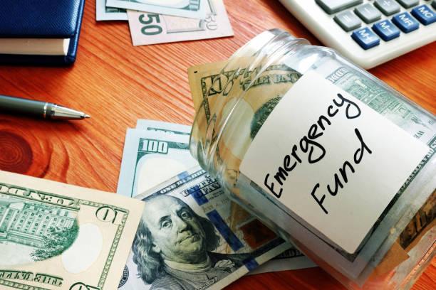 Notfallfonds im Glas mit Bargeld. – Foto