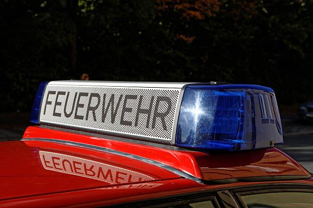 blaulicht on fire engine - feuerwehrmann deutsch stock-fotos und bilder