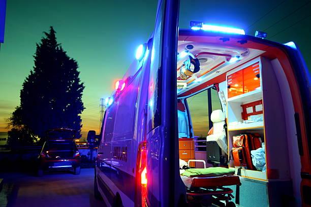 cas d'urgence - auxiliaire médical photos et images de collection