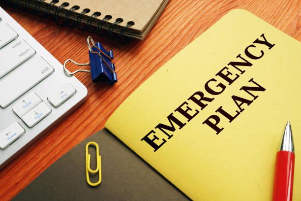 Notfallplan oder Katastrophenvorsorge auf dem Schreibtisch. – Foto
