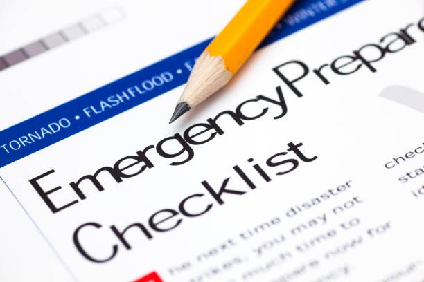 Lista de preparación para emergencia con lápiz. - foto de stock