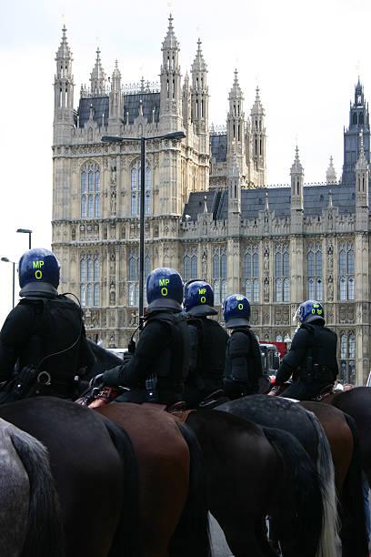 notdienst-bereitschaftspolizist - britische politik stock-fotos und bilder