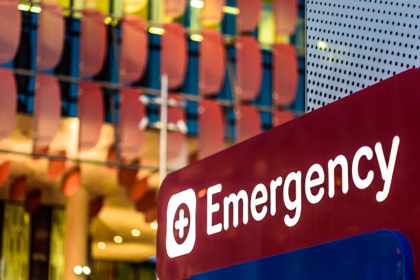 """Emergency Sign An """"Emergency"""" Sign in front of a hospital in the early evening accidents and disasters stock pictures, royalty-free photos & images"""