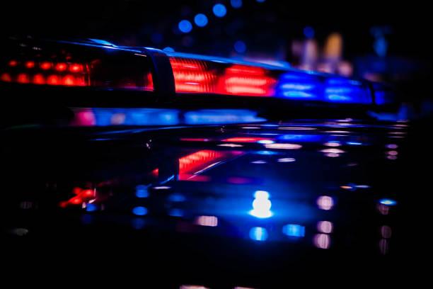 ostrzeżenie awaryjne czerwony i niebieski dach zamontowany policyjny migacz led pasek światła włączony - policja zdjęcia i obrazy z banku zdjęć