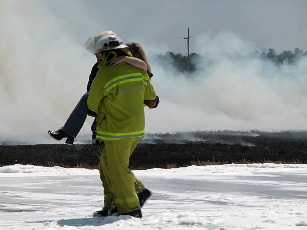 notfall arbeitnehmer rescue frau - was bringt unglück stock-fotos und bilder