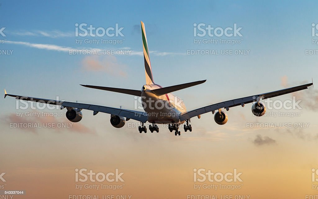 Airbus A380 de Emirates, Vista posterior al anochecer - foto de stock