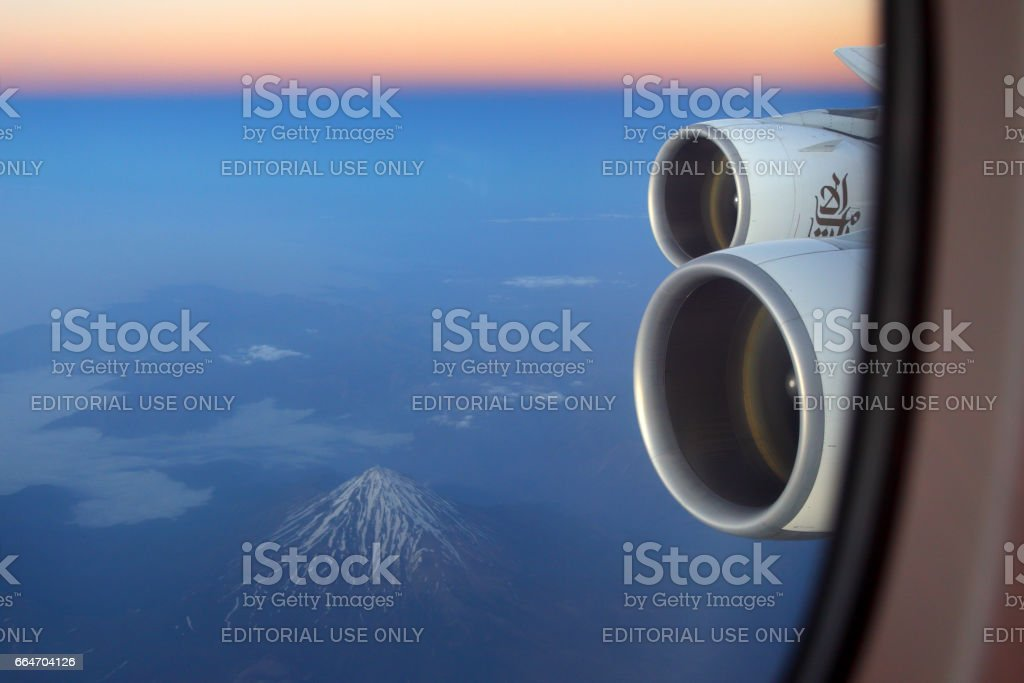 Emirates Airbus A380 aile vue (volcan Damavand vu). - Photo
