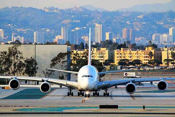 Emirates Airbus A 380-800 taxiamento no Aeroporto de Los Angeles - foto de acervo