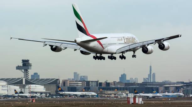 emirates luchtvaartmaatschappij airbus a380 landing in frankfurt - luchthaven frankfurt am main stockfoto's en -beelden
