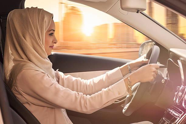 emirati frau fahren ein auto in dubai - ikonische frauen stock-fotos und bilder