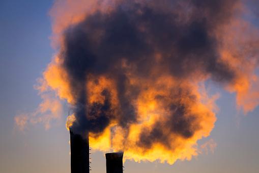 Emissions From Plant Pipe Against Setting Sun - zdjęcia stockowe i więcej obrazów Bez ludzi