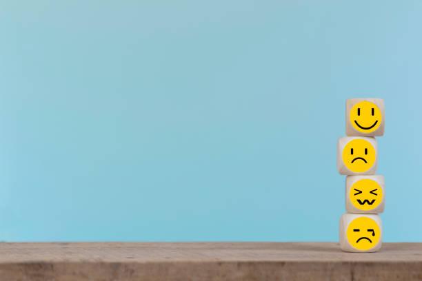 face dos ícones do emoticon no cubo de madeira, conceito do serviço do costumer - costumer - fotografias e filmes do acervo