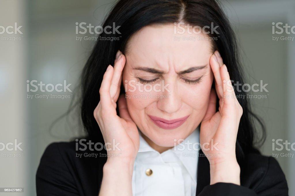 emotion bad news anxiety worry dismay stress woman - Zbiór zdjęć royalty-free (Blond włosy)