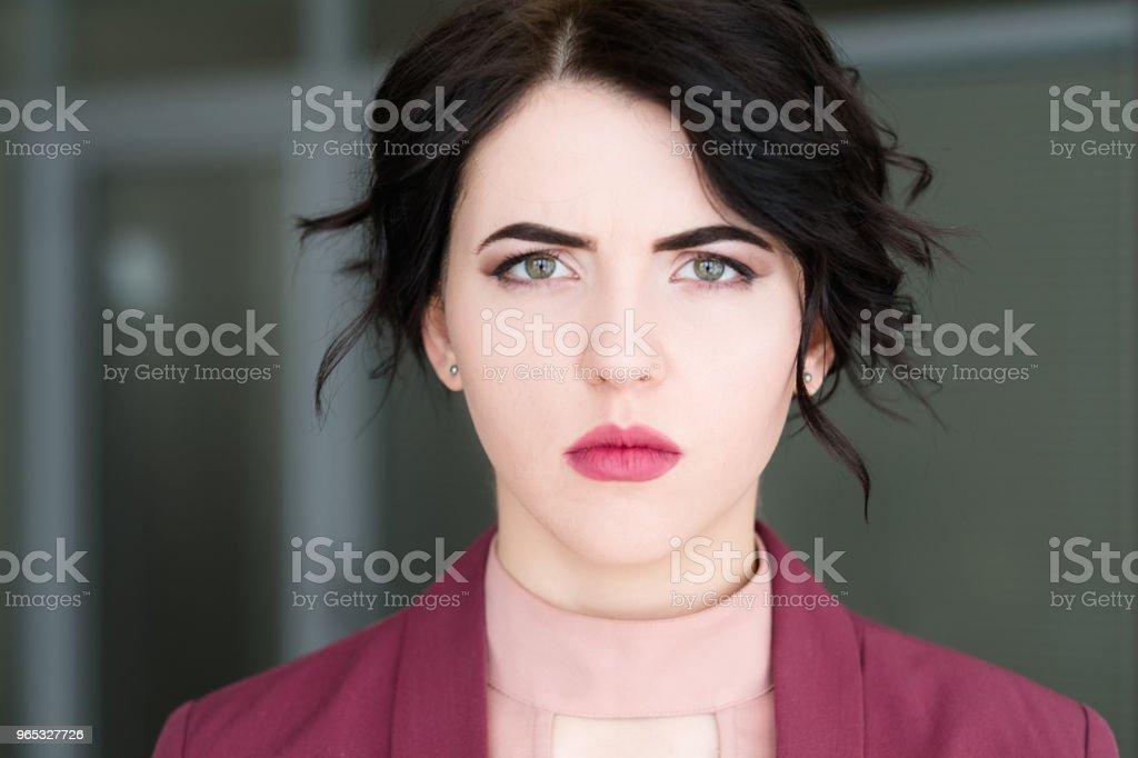 visage émotion triste bouleversé sérieuse femme maussade - Photo de Adulte libre de droits