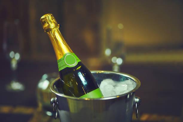 emotionale barkeeper verschüttet champagner hinter der bar - partylabels stock-fotos und bilder