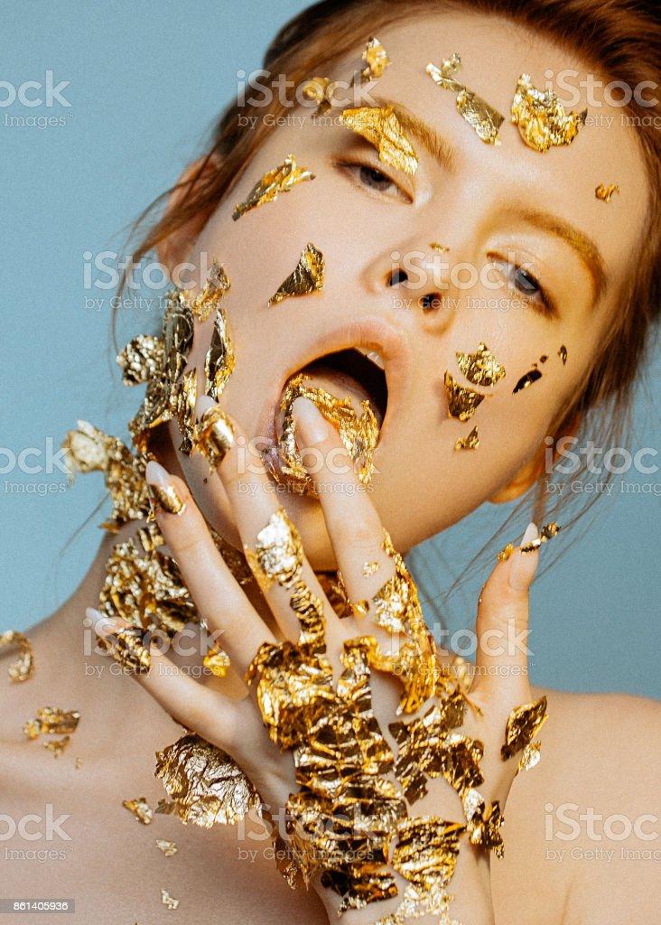 Retrato de beleza emocional do jovem modelo com maquiagem dourada. - foto de acervo