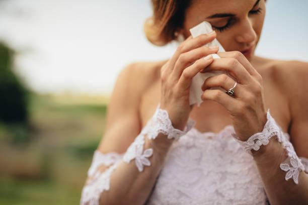 mutluluk gözyaşları duygusal gelin ağlıyor - beyaz elbise stok fotoğraflar ve resimler