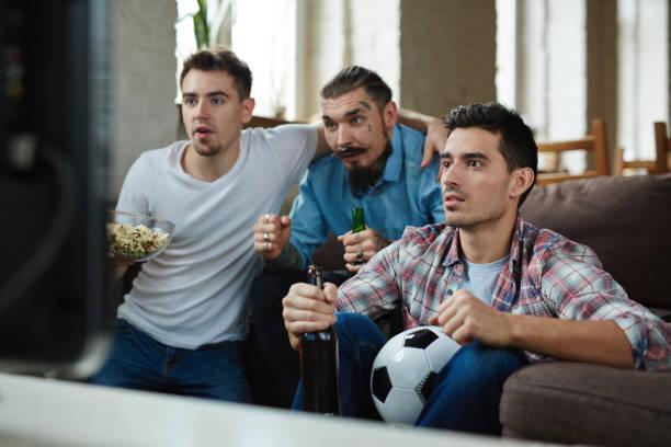 Emocional aficionados viendo el partido en la TV - foto de stock