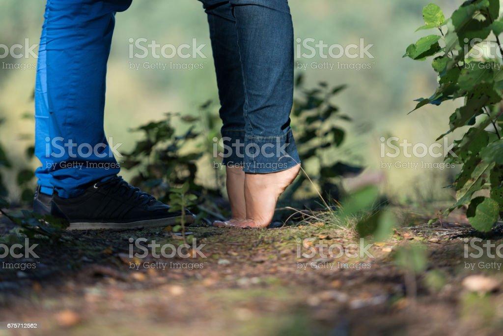 激動人心的時刻。愛上情侶接吻。 免版稅 stock photo