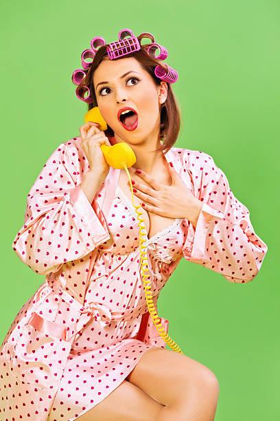 Emotionale Pin-up-Mädchen mit Lockenwickler und Telefon – Foto