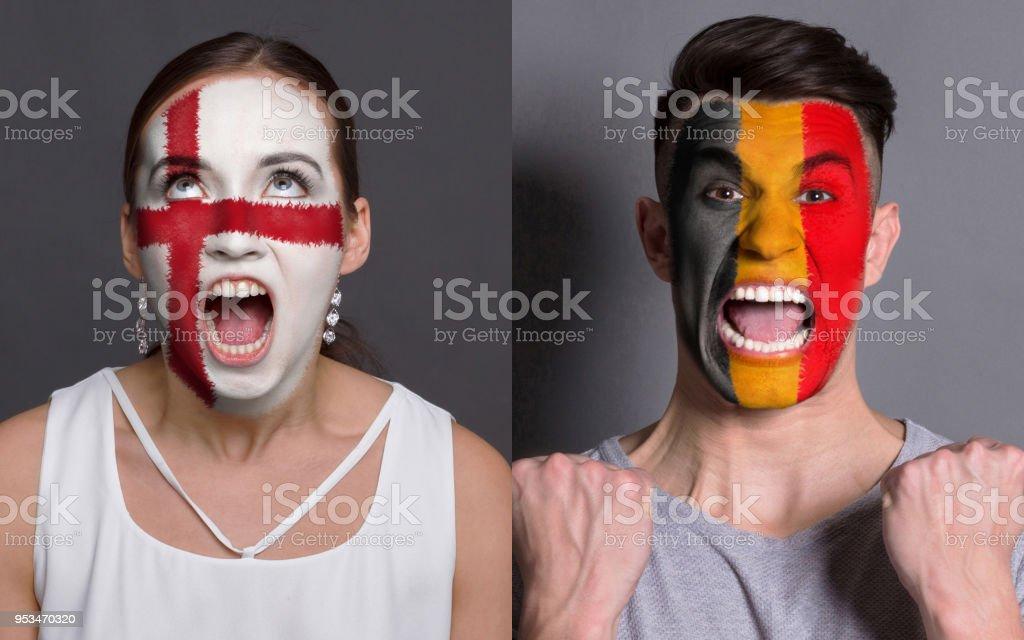 Amateurs de soccer émotionnelle avec drapeaux peints sur les visages - Photo