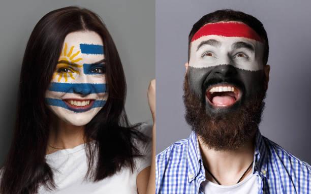 emotionalen fußball-fans mit bemalten fahnen auf flächen - ägyptisches make up stock-fotos und bilder