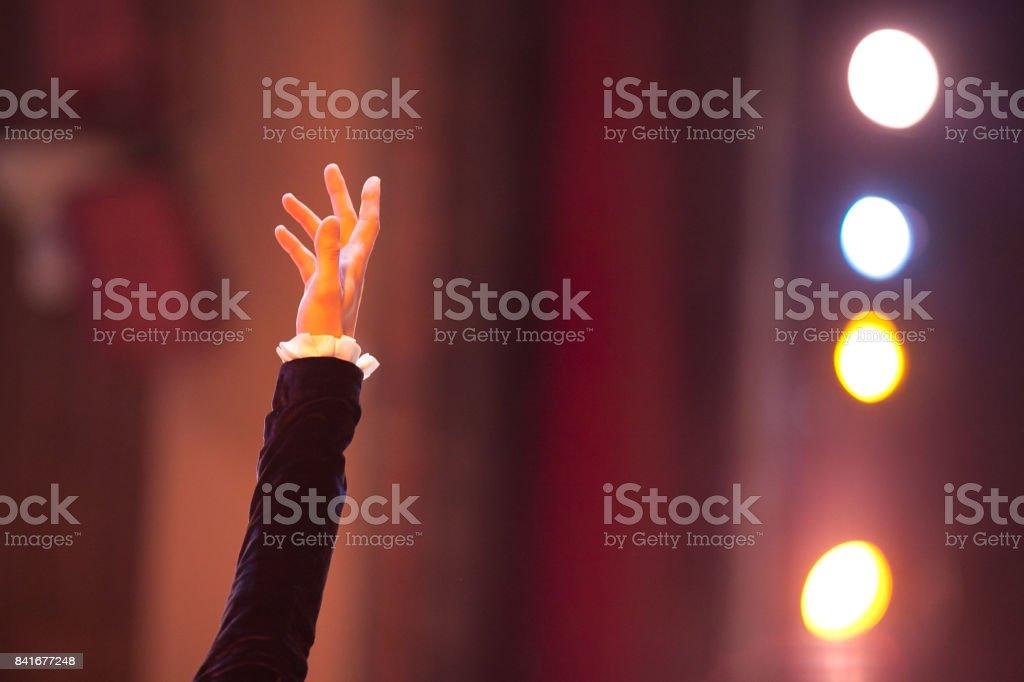 duygular, dramatik sanat, aydınlatma konsepti. duygu jest tiyatronun arka plan önünde dolu erkek el ve spot farklı colores, sarı, mavi, turuncu kaldırdı stok fotoğrafı