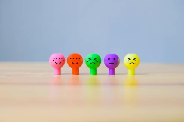 emotionen gesicht miniatur bunt. glücklicher smiley und traurigkeit emotional - multiple intelligenz umfrage stock-fotos und bilder