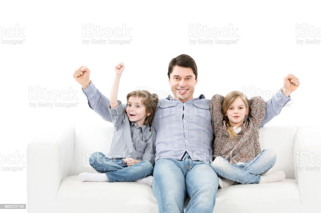 球迷們的情緒。家庭情感看著房間裡的遊戲。 免版稅 stock photo