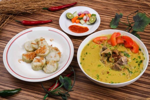 empal gentong merupakan makanan tradisional dari cirebon indonesia. terdiri dari sup daging dengan sup santan - empal gentong potret stok, foto, & gambar bebas royalti