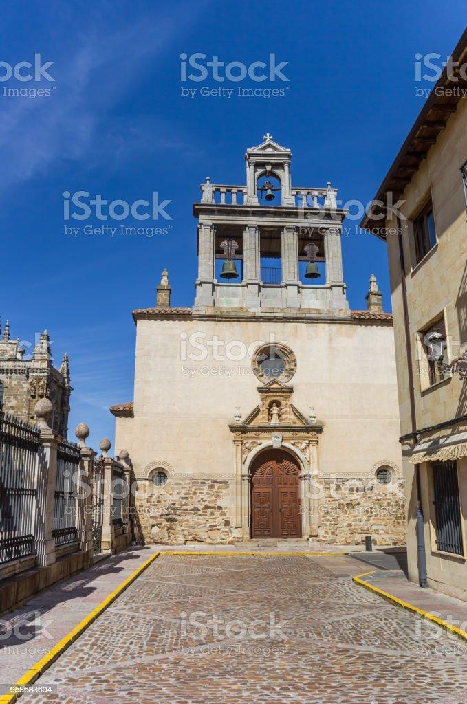 Iglesia de Emperedada en el centro histórico de Astorga, España - foto de stock