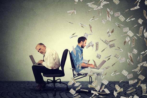 arbeitnehmer entschädigung wirtschaft. junge und alte menschen arbeiten am laptop - vorurteil stock-fotos und bilder