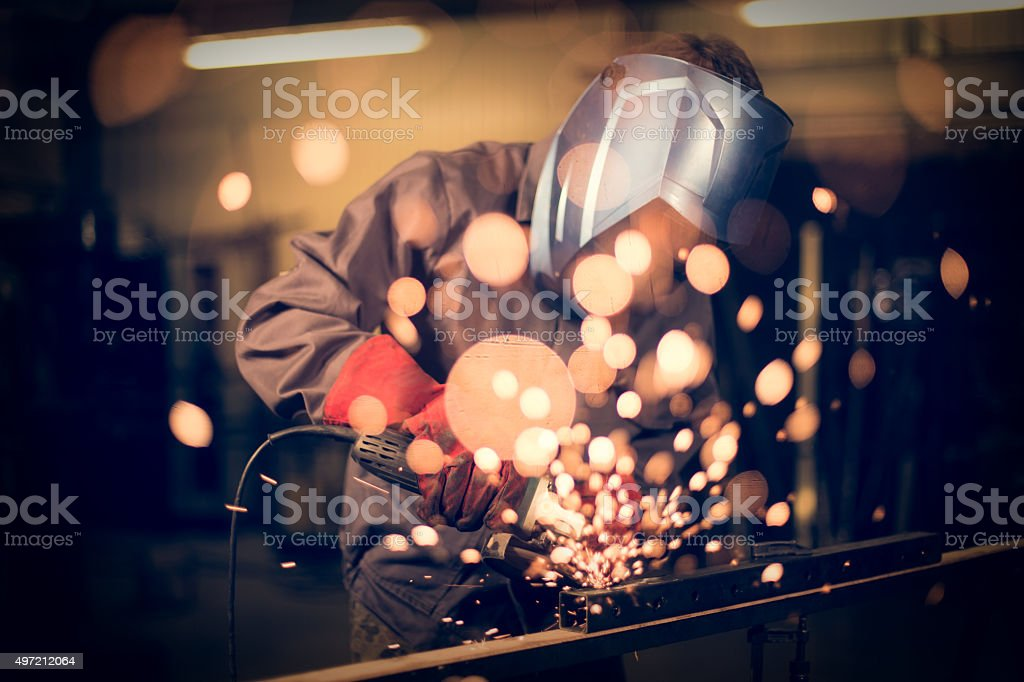 Mitarbeiter Abreibungen Stahl mit sparks Lizenzfreies stock-foto