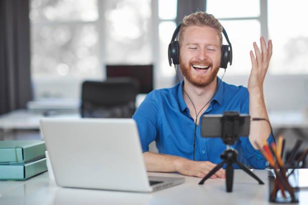 Mitarbeiter, der im Büro per Smartphone telefoniert. – Foto