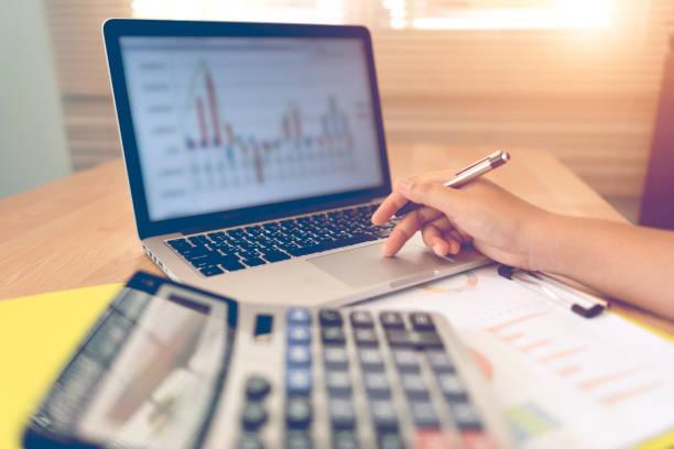 Mitarbeiter prüfen Buchhaltungsdokument – Foto