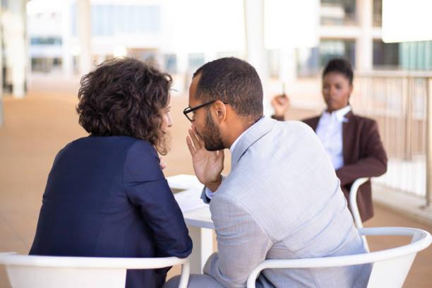 Mitarbeiter lästern über junge Kollegin – Foto