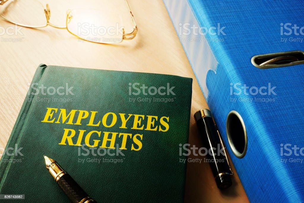 De rechten van de werknemers op de tafel van een kantoor. foto