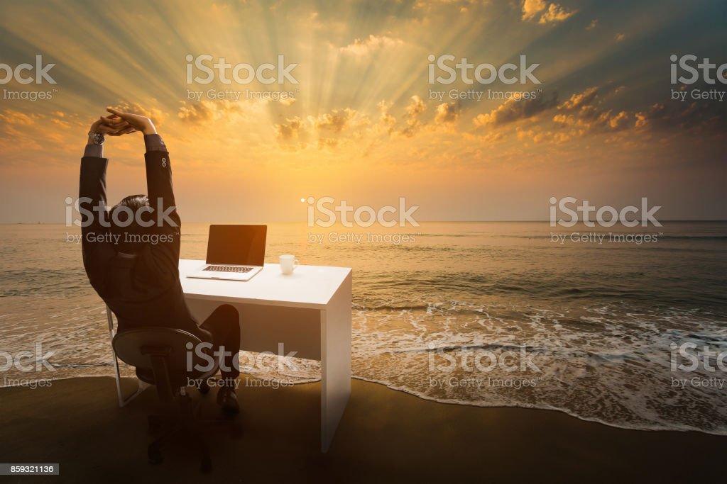Mitarbeiter arbeiten in Ruhe und Entspannung stellen Sie ihn im Büro zu sitzen. Am Strand am Morgen. – Foto