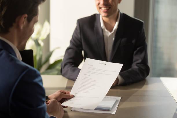 arbetsgivaren genomför anställningsintervju, granska bra resumé av sökande - new job bildbanksfoton och bilder