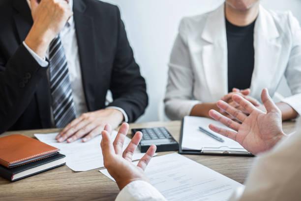 arbetsgivare eller rekryterare som innehar läsa ett cv med talar under om sin profil av kandidat, arbetsgivare i kostym genomför en anställningsintervju, chef resurs sysselsättning och rekrytering concept - job interview bildbanksfoton och bilder